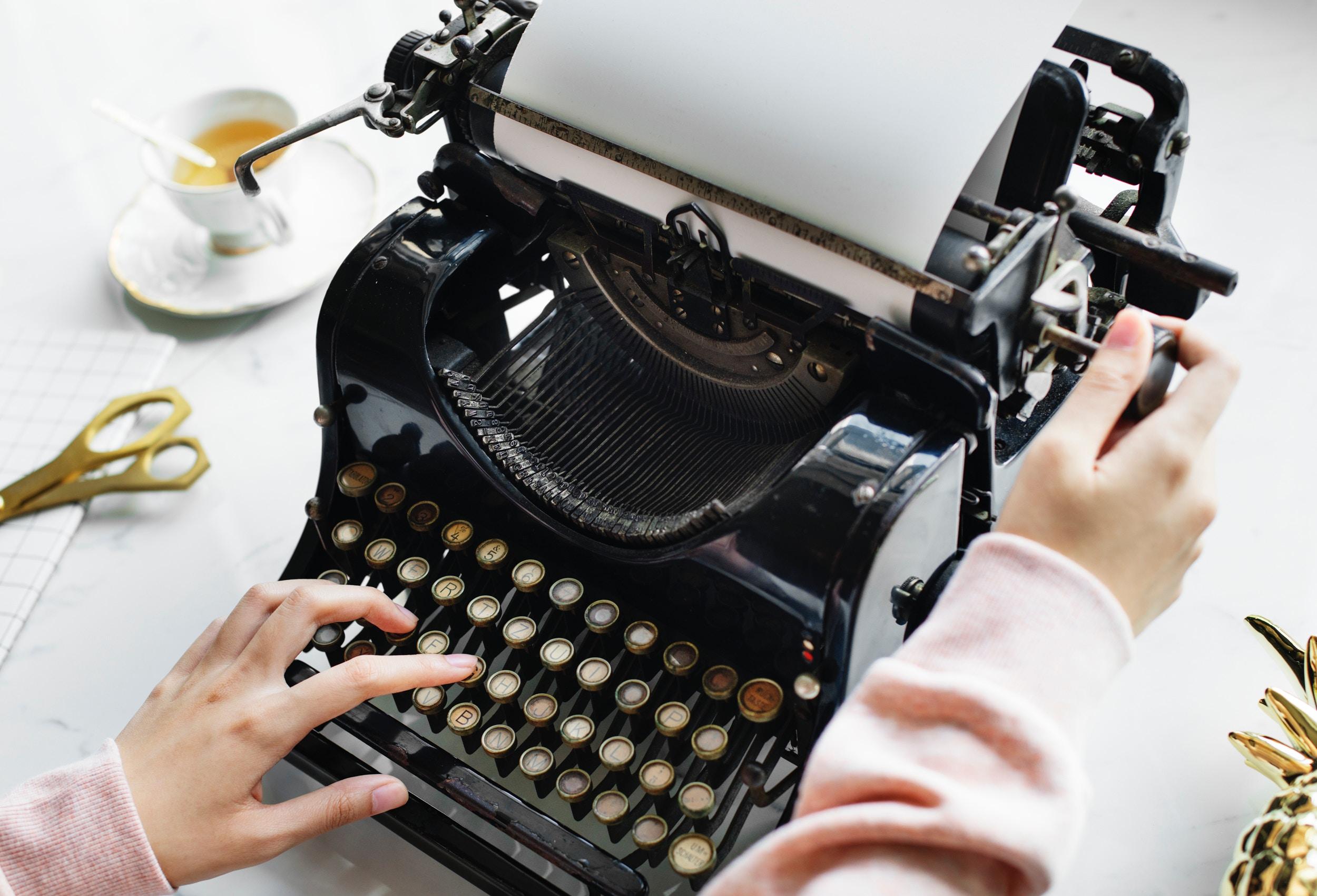 DuyguBayramogluMedia_Journalistin_Schreibmaschine_Produkte_Shopping_Autor